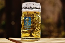 Njut av en god öl på en av alla uteserveringar i Stockholm